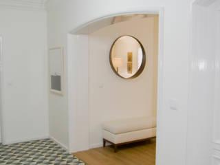 Pasillos, vestíbulos y escaleras de estilo moderno de Tangerinas e Pêssegos - Design de Interiores & Decoração no Porto Moderno