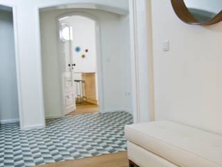 Ligação sala de estar, hall de entrada e cozinha : Corredores e halls de entrada  por Tangerinas e Pêssegos - Design de Interiores & Decoração no Porto