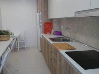 Cocina con Alicatado Hidraúlico en Majadahonda Cocinas de estilo moderno de Reformark Moderno