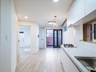 现代客厅設計點子、靈感 & 圖片 根據 AAPA건축사사무소 現代風
