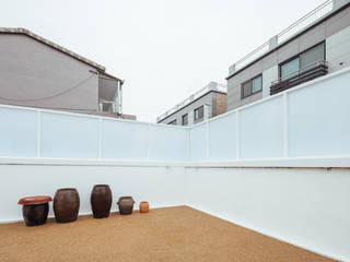 Balcones y terrazas de estilo moderno de AAPA건축사사무소 Moderno