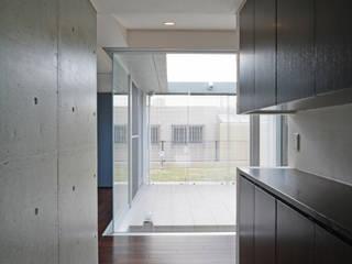 イリバルのコートハウス モダンスタイルの 玄関&廊下&階段 の 久友設計株式会社 モダン