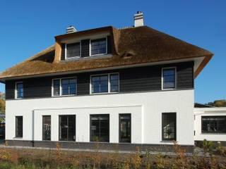 Casas de estilo rural de Tijmen Bos Architecten Rural