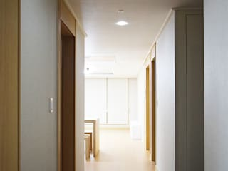 Modern Corridor, Hallway and Staircase by 리인홈인테리어디자인스튜디오 Modern