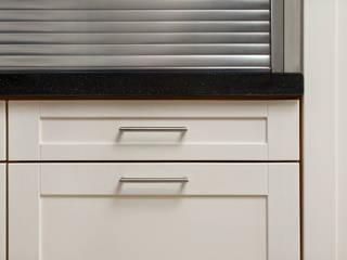 Einbauküche in Nussbaum mit lackierten Fronten Bau- und Möbelschreinerei Mihm GmbH & Co. KG Einbauküche Metall