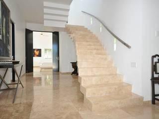 ESCALERA MARMOL: Escaleras de estilo  por DE PIEDRA EN PIEDRA