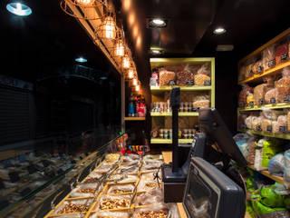 Nuts Alicante: Oficinas y Tiendas de estilo  de Espai Interiorismo