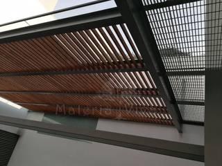 Pérgola híbrida y terraza moderna Balcones y terrazas modernos de Materia Viva S.A. de C.V. Moderno