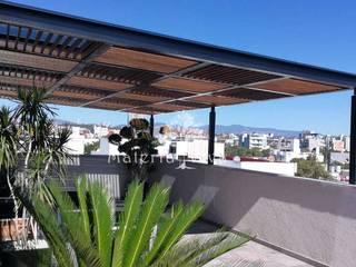 Pérgola de acero madera y vidrio en terraza de penthouse. Col. Nápoles CDMX: Terrazas de estilo  por Materia Viva S.A. de C.V.