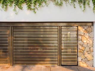 Detalle de fachada remodelada :  de estilo  por Speranto