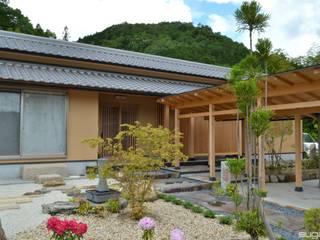 緑豊かで広大な敷地に建つ和風二世帯住宅: 株式会社菅野企画設計が手掛けた家です。,