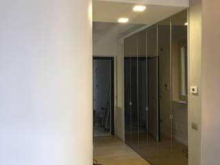 Milano_17: Ingresso & Corridoio in stile  di cubohome