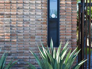 Casa RG SPAU [Servicios Profesionales de Arquitectura y Urbanismo S.C.] Casas unifamiliares Ladrillos Marrón