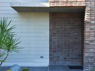 Casa RG SPAU [Servicios Profesionales de Arquitectura y Urbanismo S.C.] Pasillos, vestíbulos y escaleras modernos Ladrillos Multicolor