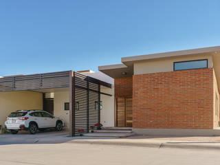 Casa RV SPAU [Servicios Profesionales de Arquitectura y Urbanismo S.C.] Casas unifamiliares Ladrillos Marrón
