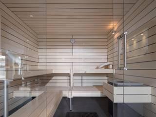 Stylish: Geradlinige Designsauna in heller Espe: moderner Fitnessraum von corso sauna manufaktur gmbh