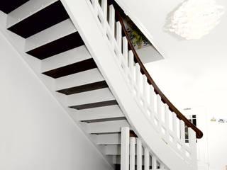 Kontrastreich - Die Kombination aus Hell und Dunkel setzt Treppen gekonnt in Szene Moderner Flur, Diele & Treppenhaus von STREGER Massivholztreppen GmbH Modern
