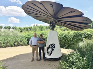 "Smartflower - O primeiro sistema de energia solar ""all in one"" do Mundo por Magnific Home Lda Moderno"
