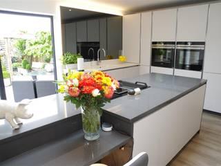 Modern Design in Light Grey Nhà bếp phong cách hiện đại bởi PTC Kitchens Hiện đại