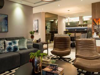 Um apartamento contemporâneo com jeito de casa para viver feliz e receber em grande estilo: Salas de estar  por +2 Arquitetura,
