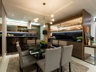 Um apartamento contemporâneo com jeito de casa para viver feliz e receber em grande estilo: Salas de jantar  por +2 Arquitetura,