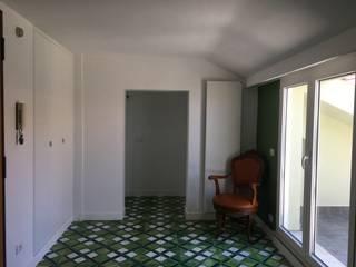 Attico a Grottaferrata: Ingresso & Corridoio in stile  di Zanzotti Design,