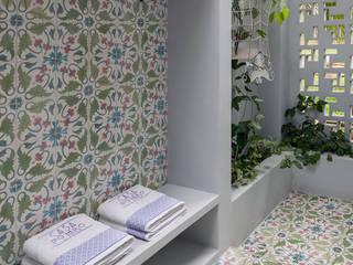NOAH Proyectos SAS Baños de estilo moderno Azulejos Blanco