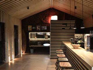 HUDI surf bar: Bares e clubes  por SUCRRE atelier