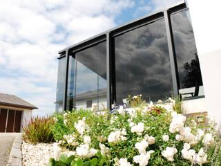 Windschutz Glas für Terrasse zum Aufschieben mit Markise Schmidinger Wintergärten, Fenster & Verglasungen Moderner Balkon, Veranda & Terrasse Glas Grau