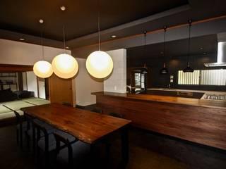 生駒山荘の別荘リノベーション / 中古平家物件のリフォーム: 一級建築士事務所 Coo Planningが手掛けたキッチンです。,