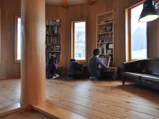 【16角形 本と窓のひろば】完全2世帯住宅: (株)独楽蔵 KOMAGURAが手掛けたリビングです。