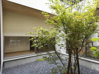 日常と空間 鍵型の家: plainarchitecture(プレーンアーキテクチャー)が手掛けた庭です。