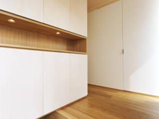 日常と空間 鍵型の家: plainarchitecture(プレーンアーキテクチャー)が手掛けた廊下 & 玄関です。