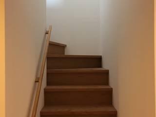高架横の家: plainarchitecture(プレーンアーキテクチャー)が手掛けた階段です。