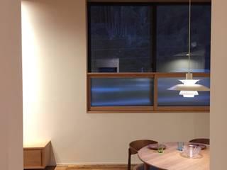 高架横の家: plainarchitecture(プレーンアーキテクチャー)が手掛けたリビングです。
