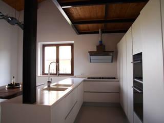Villa privata a Sant'Angelo in Vado - Pesaro: Cucina attrezzata in stile  di Zanzotti Design,