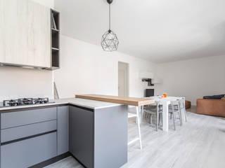 CRT / Ristrutturazione di un appartamento: Cucina attrezzata in stile  di HV8