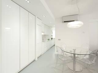 Pancho R. Ochoa Interiorismo Built-in kitchens Wood White
