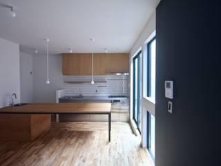 三国の住宅 / 大阪市淀川区 木造3階建て住宅: 一級建築士事務所 Coo Planningが手掛けたリビングです。,