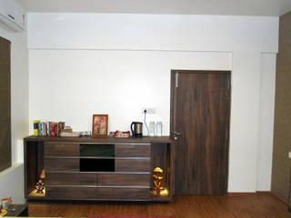 Vangikar Residence Interiors:  Living room by Vangikar Architects,