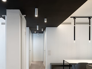 Patrizia Burato Architetto Modern Corridor, Hallway and Staircase Wood Black