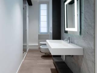 Il bagno ospiti: Bagno in stile  di Patrizia Burato Architetto