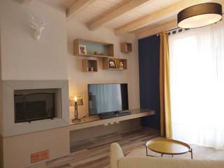"""Camino, Tv e zona giochi """"free"""": Soggiorno in stile  di Rifò"""