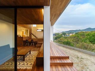 haus-agit リビング&デッキテラス: 一級建築士事務所hausが手掛けたリビングです。