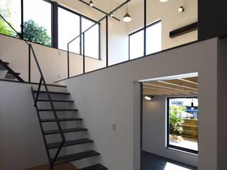寝室とリビングをつなぐ階段: BDA.T / ボーダレスドローが手掛けた階段です。