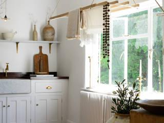 deVOL Kitchens Mediterranean style kitchen Solid Wood White