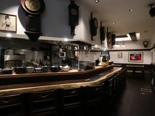 アンティーク時計のディスプレイ: designista-s (デザイニスタ エス)が手掛けたレストランです。