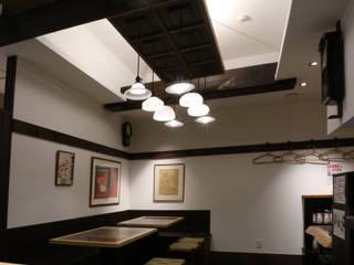 広がりを感じさせるライティング: designista-s (デザイニスタ エス)が手掛けたレストランです。