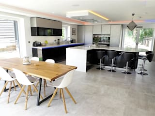High Gloss Black and White Kitchen with Dramatic Lighting PTC Kitchens Cucina moderna Nero