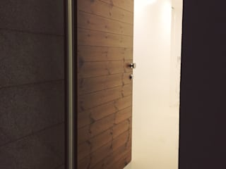 Exterior Pivot Door por KUUK Minimalista